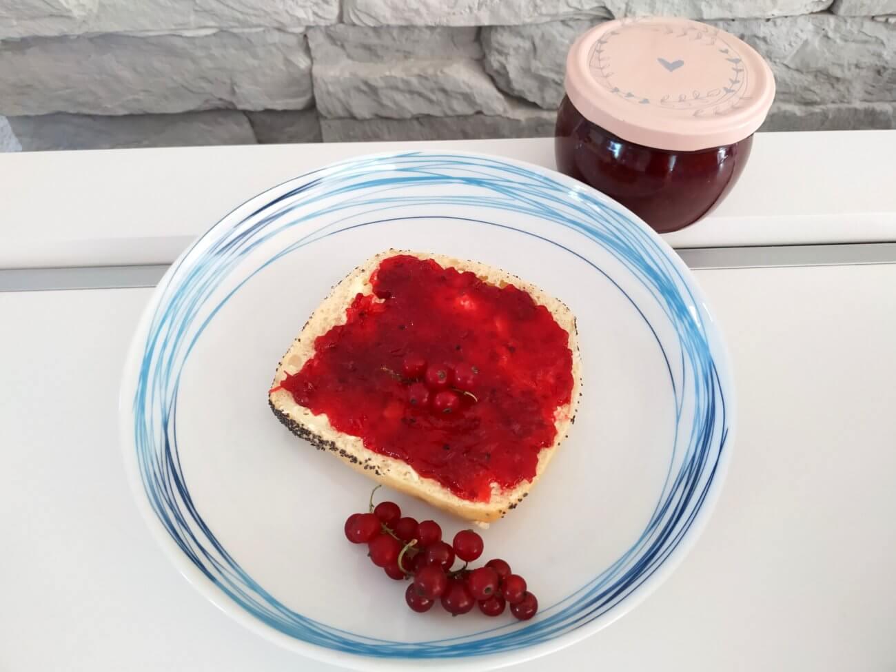 rote Johannisbeer-Marmelade mit Erdbeer-Sirup
