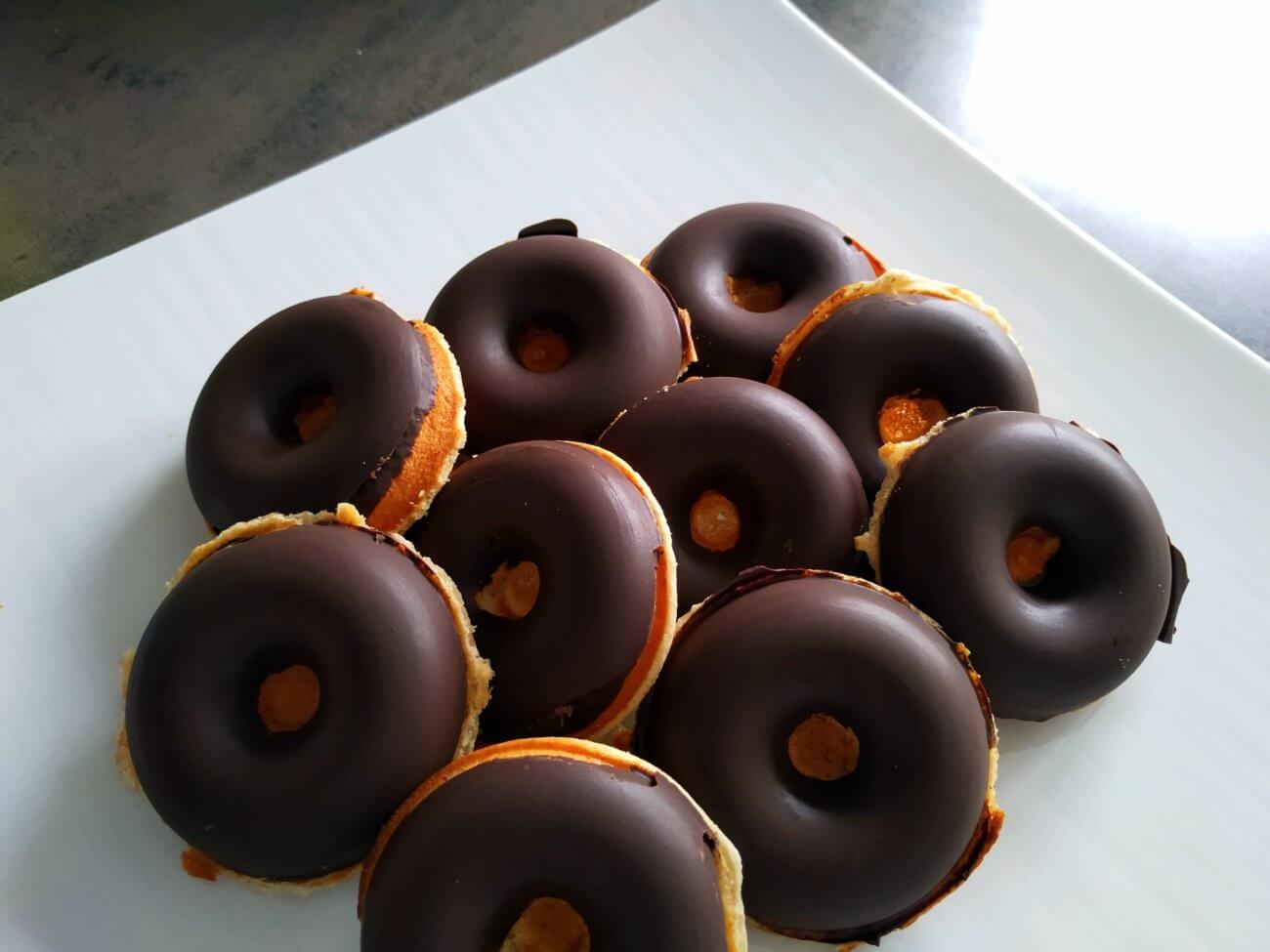 Donuts mit Schokoladenüberzug